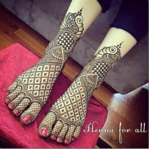 checker Mehendi Designs for Legs