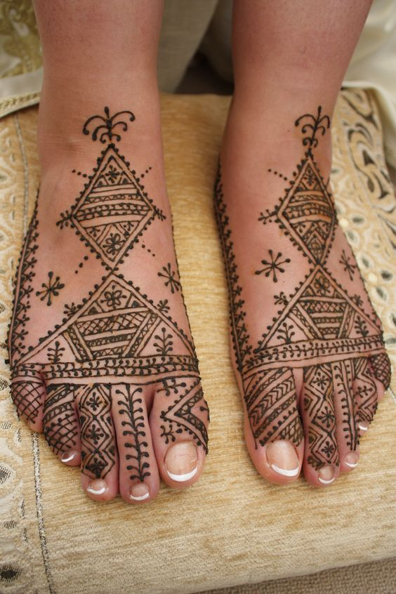 Geometric Mehendi Designs for Legs