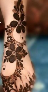 Bold Mehendi design for legs