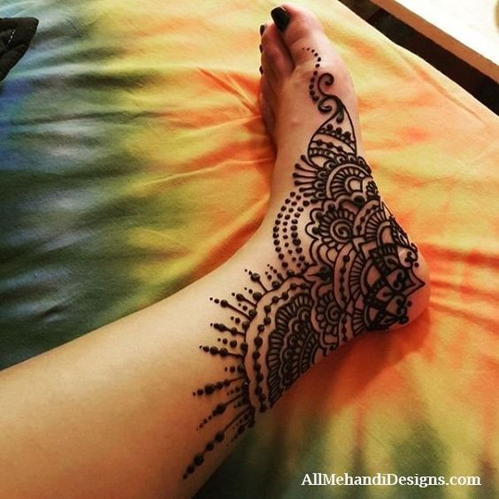 single side Mehendi Designs for Legs