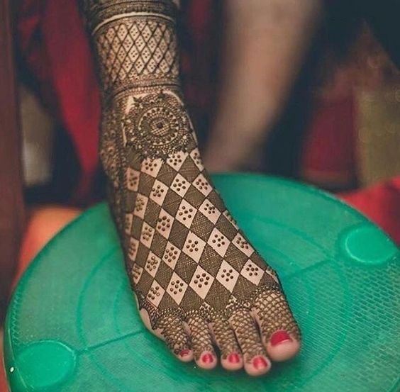 Checker pattern Mehendi Designs for Legs