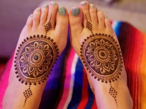 circular Mehendi design for legs