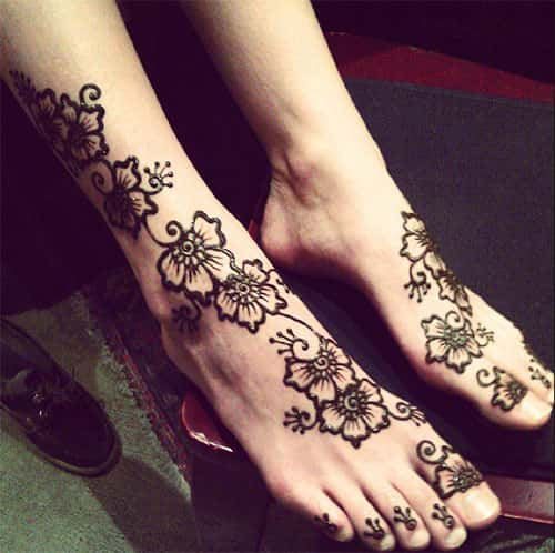 Garland Mehendi design for legs