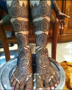Rounded Mehendi design for legs